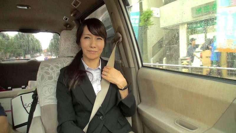 麻生まりが車の助手席に座っている