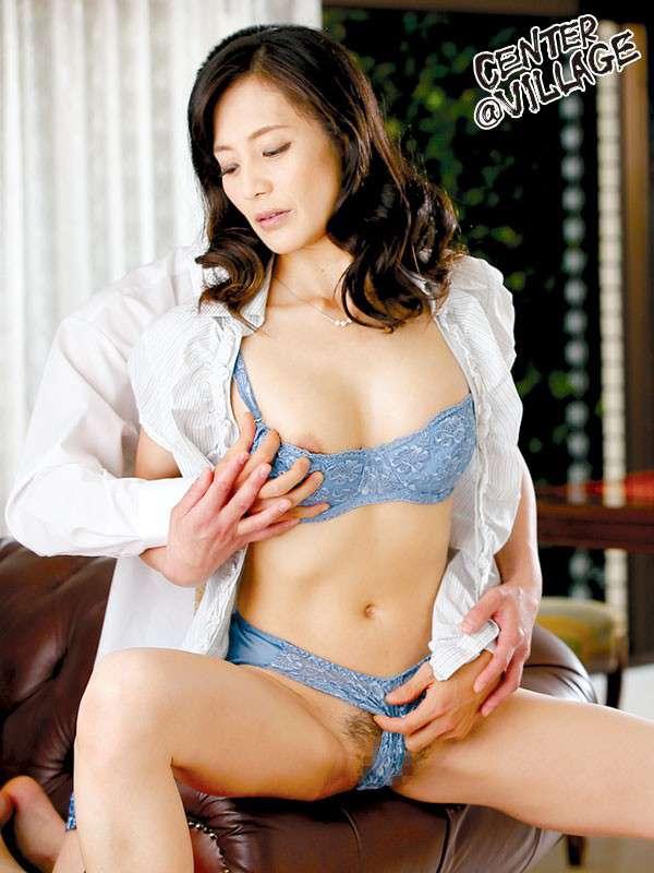 平岡里枝子が着衣で下着の上からパイ揉みされている