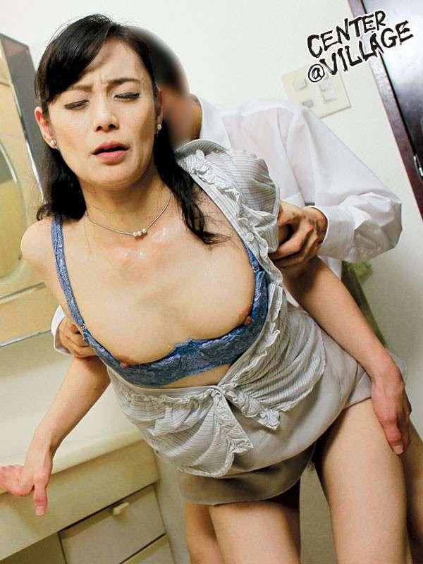 平岡里枝子が服を脱がされながら立ちバックセックスしている