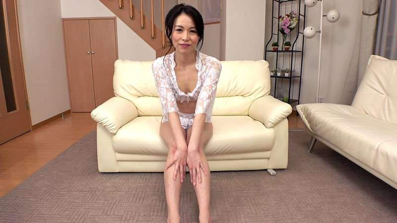 井上綾子が笑顔で座っている