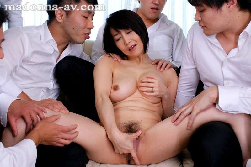 桐島美奈子が生徒に抱えられ手マンしている