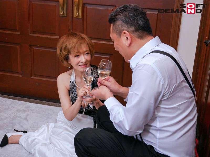 真梨邑ケイが男性とワインを飲んでいる