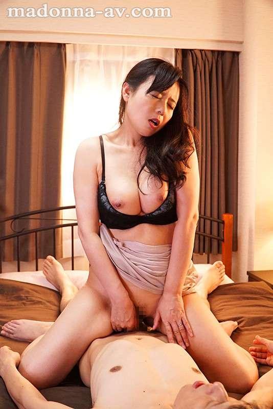 三浦恵理子が下着騎乗位セックスしている