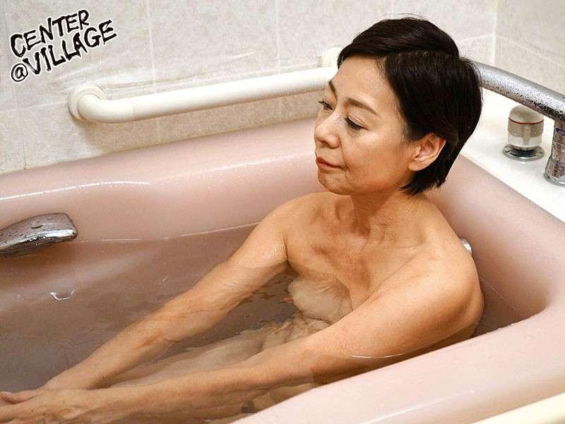 澤田一美がお風呂につかっている