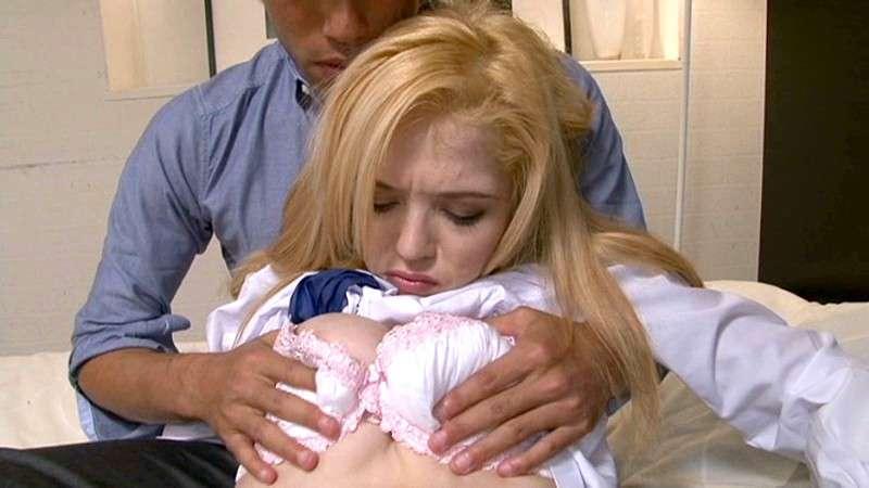 ティファニーフォックス(Tiffany Fox)が制服を脱がされておっぱいを揉まれている